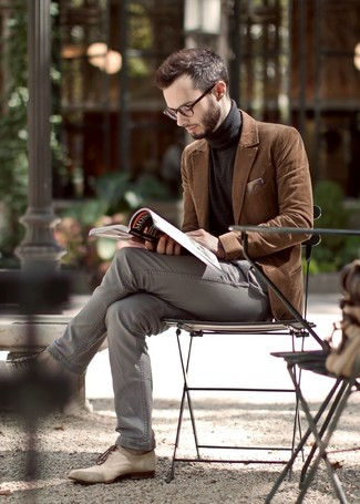 This pairing of a turtleneck and grey chinos will set you apart effortlessly. A cool pair of beige leather oxford shoes is an easy way to upgrade your look.