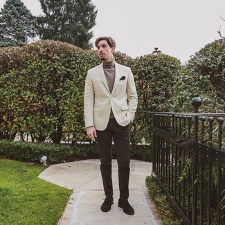 Beige Blazer Outfits For Men: A beige blazer and dark brown chinos matched together are a sartorial dream for gents who love casually neat styles. Dark brown suede brogues will give an added touch of style to an otherwise mostly casual ensemble.