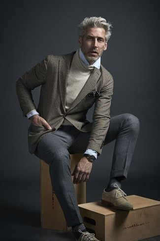 How to Wear a Beige Turtleneck For Men: Try pairing a beige turtleneck with grey dress pants - this look is bound to make an entrance. The whole ensemble comes together when you add beige suede brogues to the equation.