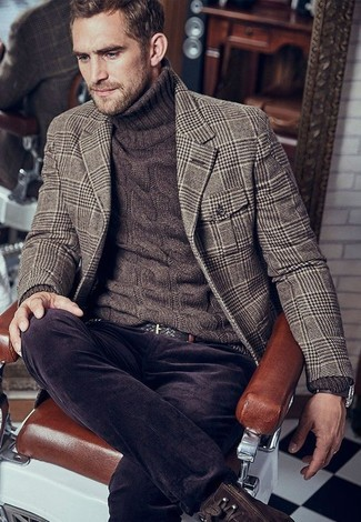How to Wear Dark Brown Corduroy Jeans In Warm Weather For Men: A brown houndstooth wool blazer and dark brown corduroy jeans are a pairing that every sartorially savvy gent should have in his casual arsenal. Feeling inventive? Spice things up by rocking a pair of dark brown leather casual boots.