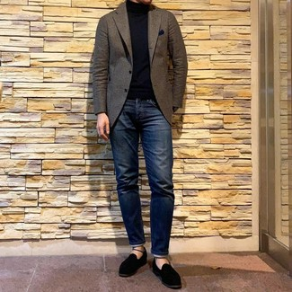 How to wear: brown wool blazer, black turtleneck, navy jeans, black suede loafers