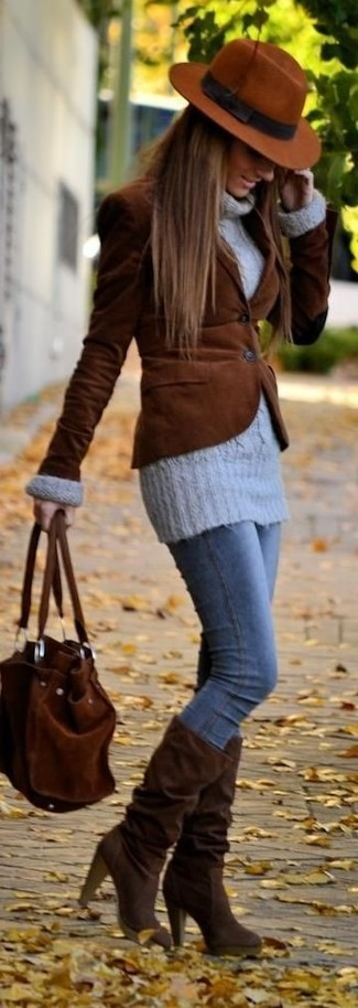 A grey wool turtleneck and blue skinny jeans will showcase your sartorial self. A pair of dark brown suede knee high boots fits right in here. On not so cold afternoons, you can rock a version of this summer-to-fall outfit and look absolutely amazing.