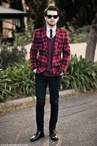 How to Wear Black Jeans In Warm Weather For Men: Extremely stylish and functional, this laid-back pairing of a red and black plaid blazer and black jeans brings variety. Black leather derby shoes are guaranteed to infuse an extra dose of style into this outfit.