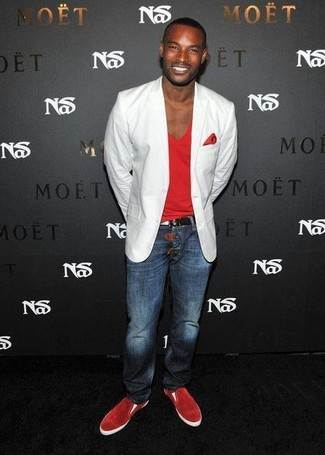 How to wear: white blazer, red v-neck t-shirt, navy jeans, red suede slip-on sneakers