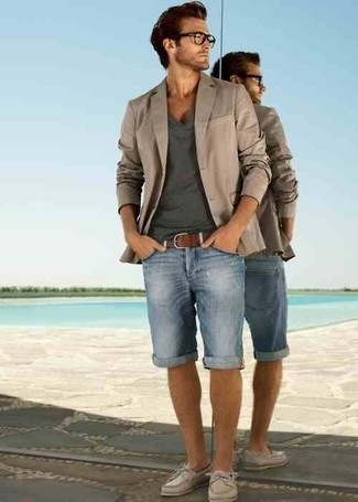 How to wear: beige blazer, charcoal v-neck t-shirt, light blue denim shorts, beige leather boat shoes