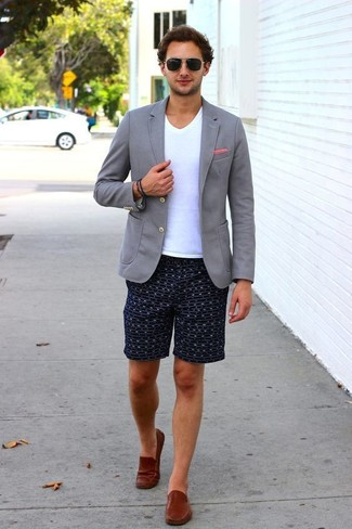 Pair a grey knit blazer with navy print shorts for a refined yet off-duty ensemble. A pair of Alden Leather Penny Loafers will bring a strong and masculine feel to any look. This outfit is our idea of perfection for hot afternoons.