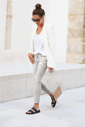 How to wear: white blazer, white v-neck t-shirt, grey ripped skinny jeans, black leather flat sandals