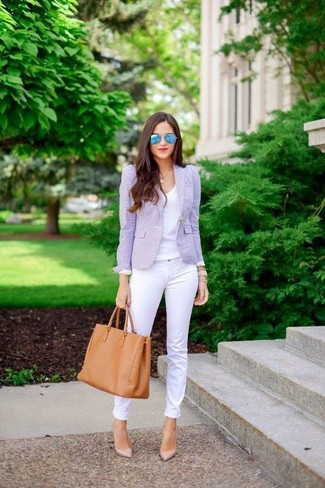 A light violet blazer jacket and white skinny jeans is a nice combination worth integrating into your wardrobe. For footwear go down the classic route with beige leather pumps.
