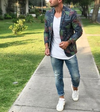 How to wear: navy floral blazer, white v-neck t-shirt, blue skinny jeans, white canvas low top sneakers