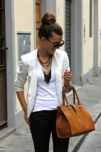 Pairing a cream jacket with black skinny jeans is a comfortable option for running errands in the city.