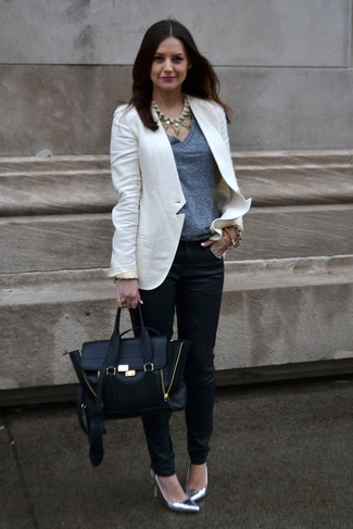 How to wear: white blazer, grey v-neck t-shirt, black skinny pants, silver leather pumps