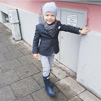 Cómo combinar: blazer en gris oscuro, vaqueros grises, botas de lluvia azul marino, gorro gris