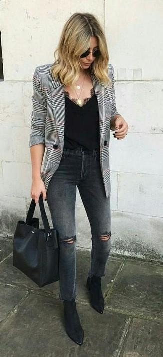 Cómo combinar: blazer de pata de gallo en blanco y negro, vaqueros desgastados en gris oscuro, botines de ante negros, bolsa tote de cuero negra