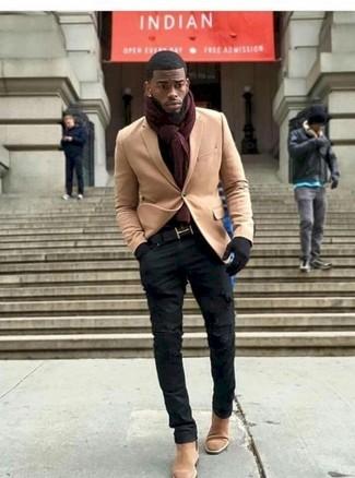 Cómo combinar: blazer de lana marrón claro, vaqueros pitillo desgastados negros, botines chelsea de ante marrón claro, bufanda burdeos