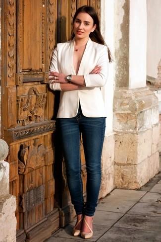 Cómo combinar: blazer blanco, vaqueros pitillo azul marino, zapatos de tacón de cuero en beige, colgante rojo