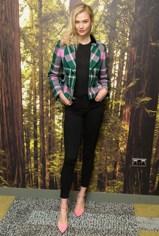 Cómo combinar: blazer de tartán verde, camiseta con cuello circular negra, vaqueros pitillo negros, zapatos de tacón de ante rosados