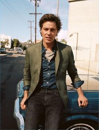 Cómo combinar: blazer verde oliva, camisa de manga larga de cambray azul marino, camiseta con cuello circular gris, vaqueros negros