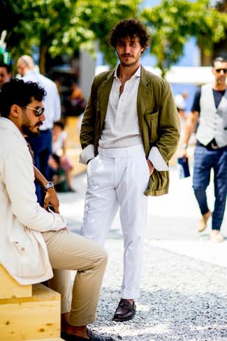 Cómo combinar: blazer de algodón verde oliva, camisa de manga larga blanca, pantalón de vestir blanco, mocasín de cuero burdeos
