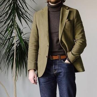 Cómo combinar: blazer verde oliva, jersey de cuello alto en marrón oscuro, vaqueros azul marino, correa de cuero marrón