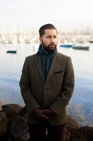 Cómo combinar: blazer de lana verde oliva, pañuelo de bolsillo azul, bufanda de rayas horizontales azul, guantes de cuero marrónes