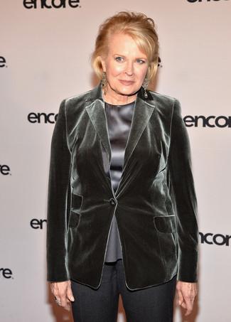 Cómo combinar: blazer de terciopelo verde oscuro, blusa de manga corta de seda gris, pantalón de vestir en gris oscuro, pendientes transparentes