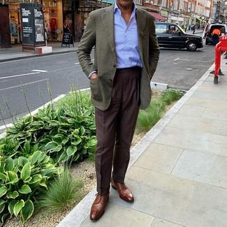 Cómo combinar: blazer verde oscuro, camisa de vestir de rayas verticales celeste, pantalón de vestir en marrón oscuro, zapatos derby de cuero marrónes