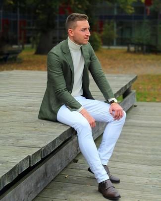 Cómo combinar: blazer verde oscuro, jersey de cuello alto en beige, vaqueros blancos, zapatos con doble hebilla de cuero en marrón oscuro