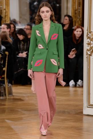 Cómo combinar: blazer verde, pantalones anchos rosados, botines de ante rosados