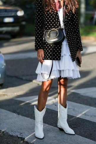 Cómo combinar: blazer estampado en negro y blanco, vestido de vuelo con volante blanco, botas camperas de cuero blancas, bolso bandolera de cuero negro