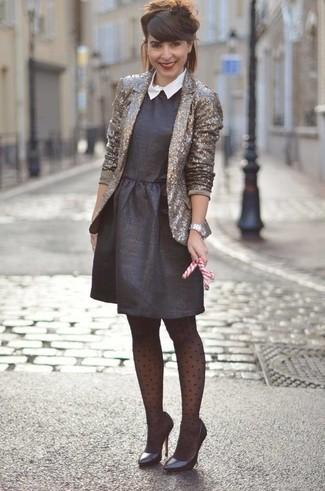 Cómo combinar: blazer de lentejuelas dorado, vestido de vuelo negro, zapatos de tacón de cuero negros, reloj plateado