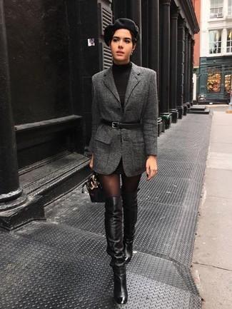 Cómo combinar: blazer de lana en gris oscuro, vestido jersey negro, botas sobre la rodilla de cuero negras, cartera de cuero negra