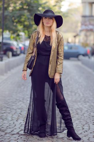 Cómo combinar: blazer dorado, vestido largo de gasa negro, botas sobre la rodilla de ante negras, bolso bandolera de cuero negro