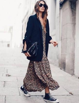 Cómo combinar: blazer negro, vestido largo de leopardo marrón claro, zapatillas altas de lona en negro y blanco, bolso de hombre de cuero negro