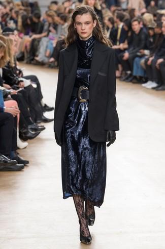Cómo combinar: blazer negro, vestido midi de lentejuelas azul marino, zapatos de tacón de cuero negros, guantes de cuero negros