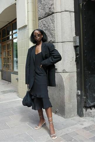 Cómo combinar: blazer negro, vestido tubo con volante negro, sandalias de tacón de cuero doradas, bolsa tote de crochet negra