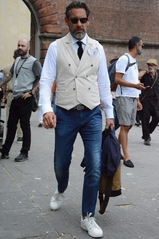 How to Wear a Belt After 40 For Men: To create a relaxed ensemble with an urban finish, you can easily opt for a navy blazer and a belt. To add a bit of flair to your ensemble, complete this ensemble with a pair of white leather low top sneakers.
