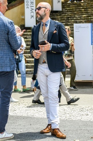 How to Wear White Jeans For Men: A navy plaid blazer and white jeans are a combination that every modern gent should have in his menswear arsenal. And if you wish to easily kick up your outfit with a pair of shoes, complement this outfit with a pair of tan leather brogue boots.