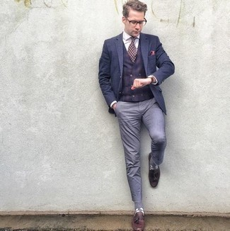 How to Wear a Hot Pink Pocket Square: Consider teaming a navy blazer with a hot pink pocket square for a trendy and easy-going outfit. For something more on the classier end to complete your look, complete this outfit with burgundy leather tassel loafers.
