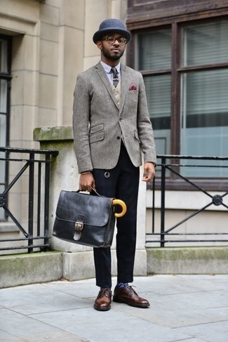 How to Wear a Black Leather Briefcase: This casual combination of a grey wool blazer and a black leather briefcase is a safe option when you need to look stylish but have no time to craft an ensemble. Brown leather brogues will inject a touch of sophistication into an otherwise utilitarian getup.