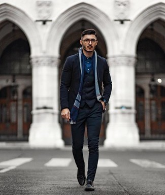 Bracelet Outfits For Men: This is undeniable proof that a navy blazer and a bracelet look amazing when married together in a laid-back look. If you wish to instantly perk up this look with a pair of shoes, why not add a pair of black leather derby shoes to this look?