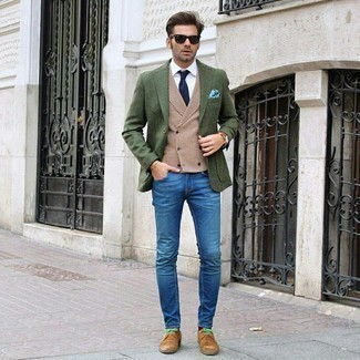 Blue Jeans with White Shirt Outfits For Men: Master the effortlessly smart outfit by opting for a white shirt and blue jeans. Tap into some Ryan Gosling dapperness and smarten up your ensemble with tan suede derby shoes.
