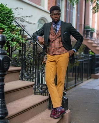 Dark Brown Sunglasses Outfits For Men: One of the coolest ways for a man to style a dark green blazer is to team it with dark brown sunglasses in a laid-back combo. For something more on the sophisticated side to complete your getup, complement this outfit with a pair of burgundy leather loafers.