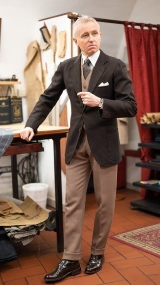 Khaki Dress Pants Outfits For Men: Team a dark brown blazer with khaki dress pants to ooze elegance and polish. A pair of dark brown leather derby shoes is a great pick to finish off this outfit.