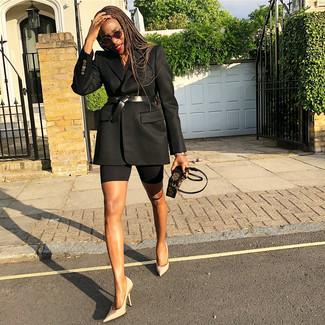 Cómo combinar: blazer negro, zapatos de tacón de satén en beige, cartera sobre de cuero estampada en marrón oscuro, cinturón de cuero negro