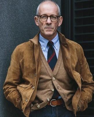 Essaie de marier un blouson aviateur en daim brun clair avec un jean bleu marine pour obtenir un look relax mais stylé.