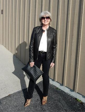 Pense à harmoniser une chemise de ville blanche et bleue avec un pantalon  slim noir pour 15f93d04fbb0