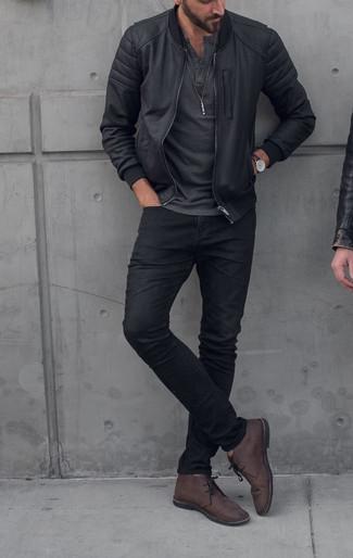 Pense à porter un t-shirt à col boutonné gris foncé Eddie Bauer et un jean noir pour une tenue confortable aussi composée avec goût. Une paire de des bottines chukka en cuir marron foncé ajoutera de l'élégance à un look simple.