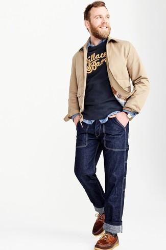 La polyvalence d'un blouson aviateur beige et d'un jean bleu marine en fait des pièces de valeur sûre. Cet ensemble est parfait avec une paire de des chaussures bateau en cuir brunes.