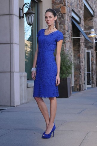 Blue Suede Pumps Outfits: Look seriously stylish yet relaxed casual by wearing a blue lace bodycon dress. Dial up the formality of your outfit a bit by wearing a pair of blue suede pumps.