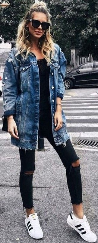 How to Wear Black Ripped Skinny Jeans: This relaxed pairing of a blue denim coat and black ripped skinny jeans is a winning option when you need to look great but have no time. White and black leather low top sneakers are a fail-safe way to bring a hint of stylish effortlessness to this look.
